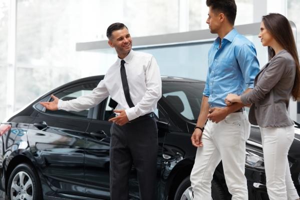 vendedor-de-carros-com-casal-5718eec3b18